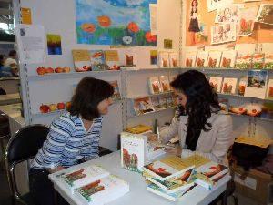 Tatin Giannaro signiert ihrem Roman für eine Leserin auf der Frankfurter Buchmesse 2010