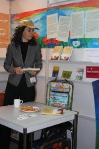 Tatin Giannaro mit Leserin auf der Frankfurter Buchmesse 2009