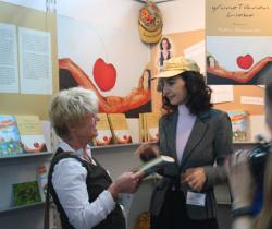 Tatin Giannaro mit Besucherin der Frankfurter Buchmesse 2009